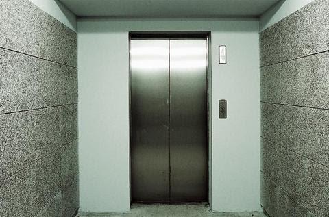 Φρικτός θάνατος 24χρονης σε ασανσέρ καταστήματος