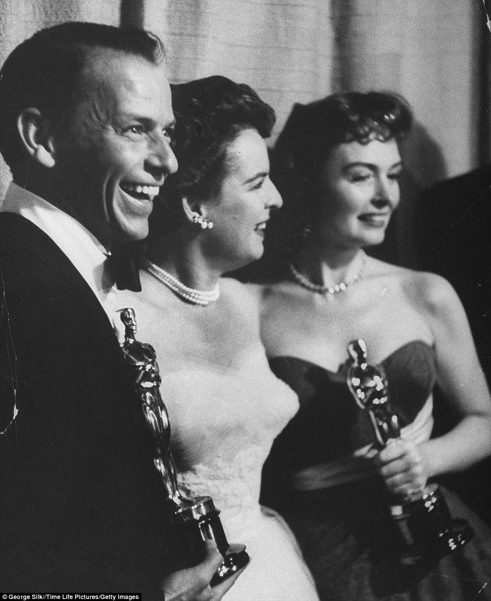 O melhor ainda está por vir: Frank Sinatra e Donna Reed (foto à direita) manter os seus melhores Oscars de apoio enquanto posa com apresentador de Mercedes McCambridge (centro) para o filme From Here to Eternity na cerimónia anual da Academia 26 Prêmios
