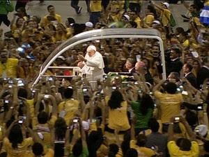 Voluntários da JMJ se despedem do Papa Francisco no Riocentro. (Foto: reprodução GloboNews)
