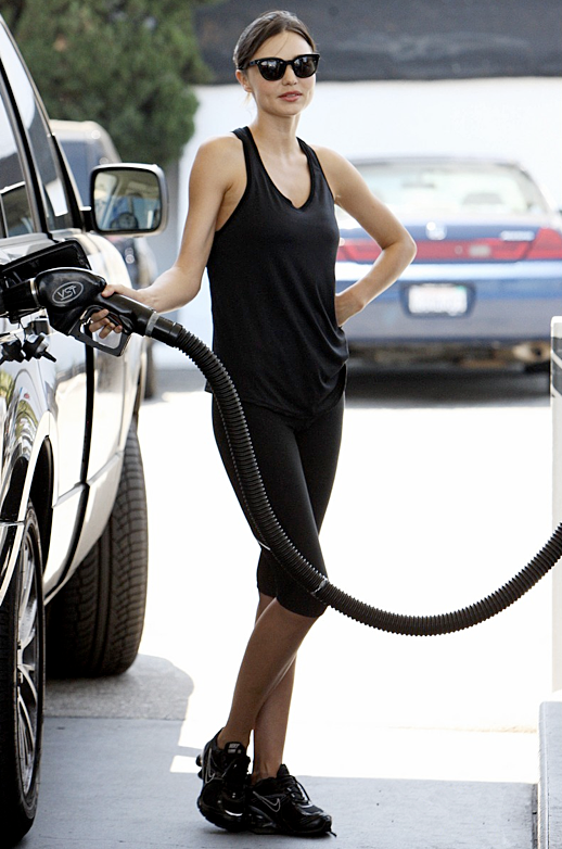 MIRANDA KERR STYLE FASHION WORK OUT SPORT LOOK YOGA PUMPING GAS SPIN SHORT ATHLETIC PANTS BLACK TANK TOP CAT EYE SUNGLASSES NIKE SHOX SNEAKERS 3