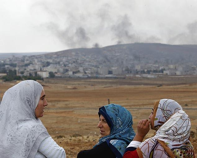 Curdas da Turquia observam cidade de Kobani do outro lado da fronteira, onde Estado Islâmico é combatido
