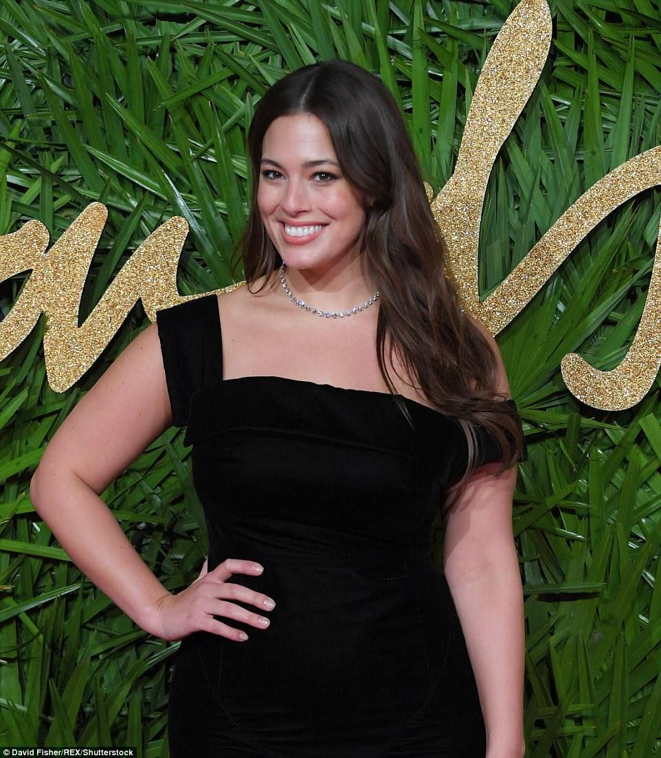 Glam: Ela emparelhou o vestido clássico com espetáculos pretos pretos e adicionou um toque de opulência ao seu olhar com um colar de diamante e brincos de queda correspondentes