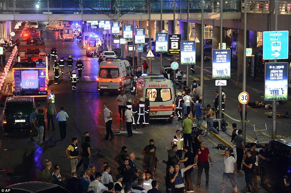 multidões chocadas de espectadores e turistas se misturam com as equipes dos serviços de emergência fora do terminal, onde os atacantes atingido