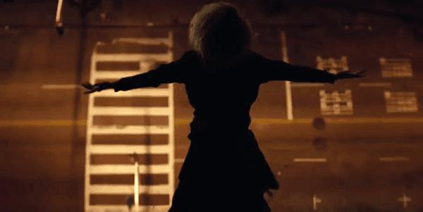 Vestido de preto, Beyoncé compromete auto-sacrifício.