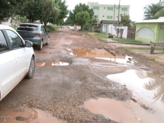 Buracos são encobertos pela água (Foto: Rogério Aderbal/G1)