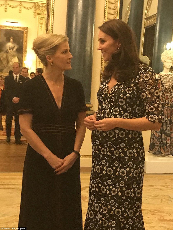 Juntando forças: Kate, juntada por Sophie, vestiu um conjunto de laço de guipere padronizado de seu novo designer favorito Erdem, assim como a princesa Beatrice, enquanto hospedavam a recepção desta noite no Palácio de Buckingham