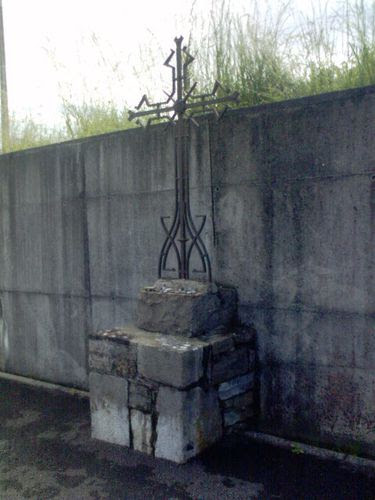 Una cruz 017 iglesia en frente de un gran muro gris 15,05
