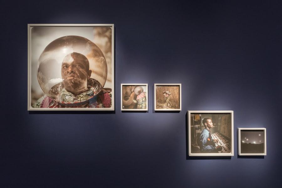 """""""The Afronauts"""", de Cristina de Middel, 2012. Cortesía de la artista. Vista de la exposición """"Afro-Tech and the Future of Re-Invention (Afro-Tech y el futuro de la reinvención)"""", en el HMKV, Dortmunder, Alemania, 2017-2018. Foto: Hannes Woidich"""