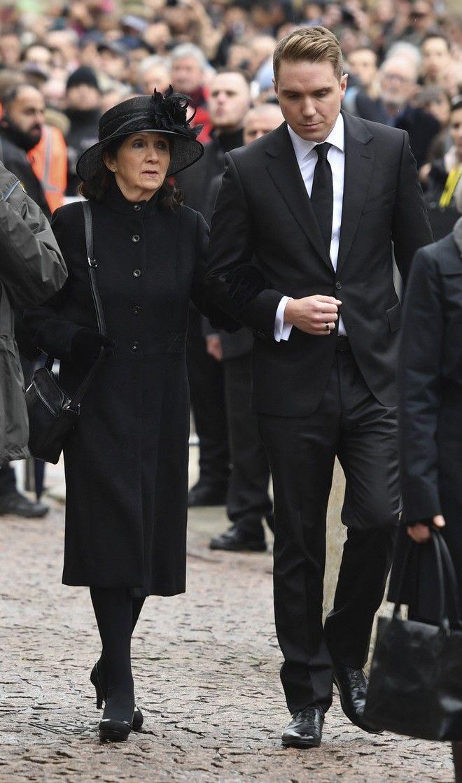 Η πρώτη σύζυγος του Στίβεντ Χόκινγκ, Τζέιν, με το γιο τους Τίμοθι (Joe Giddens/PA via AP)