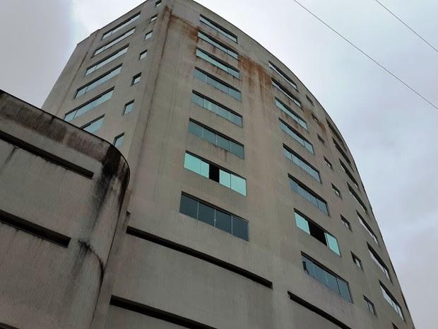 Elevador caiu em prédio comercial de Balneário Camboriú (Foto: Luiz Souza/RBS TV)