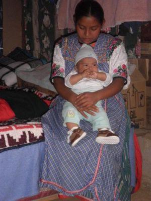 Una mujer sostiene a su bebé en Cuilco, Guatemala.