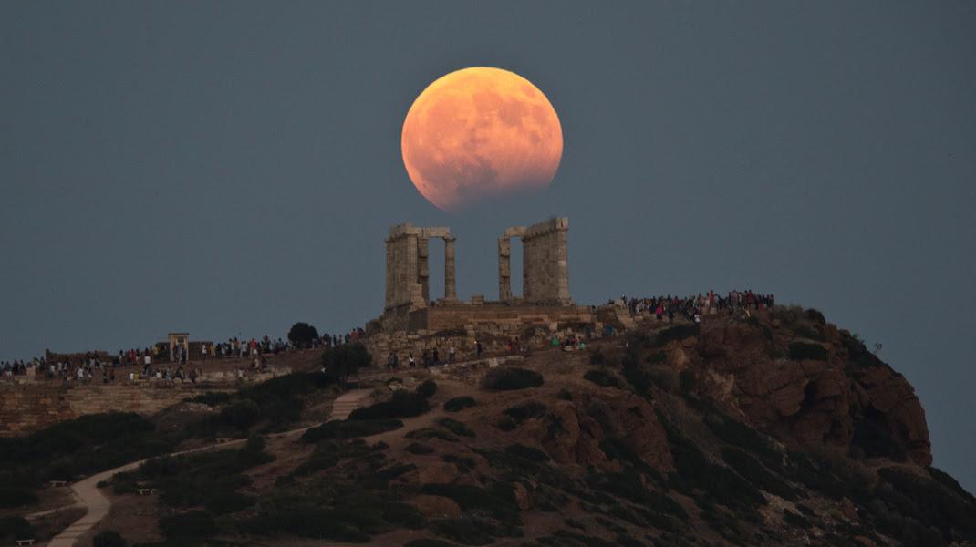 Η μαγεία της αυγουστιάτικης πανσελήνου και της μερικής έκλειψης στο ναό του Ποσειδώνα-Φωτογραφία: AP Photo/Petros Giannakouris