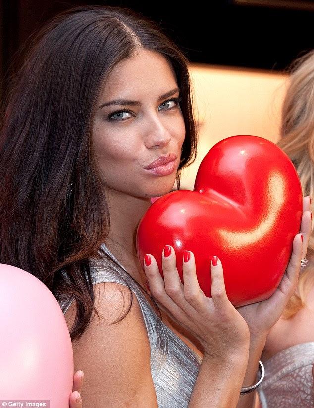 Impressionante: Adriana parecia perfeito para o evento com temática romântica