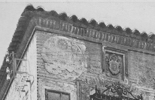 Colegio de Infantes (Toledo) a principios del siglo XX. Detalle de pinturas en la fachada. Foto Rodríguez