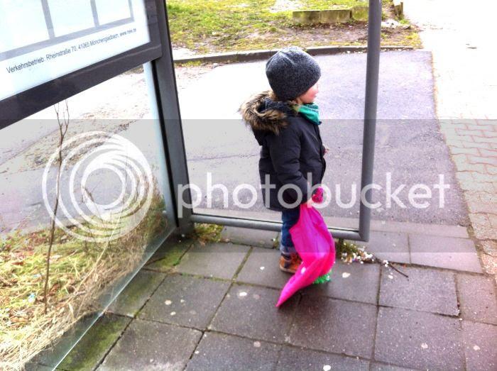 auf den Bus warten