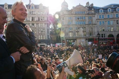 Assange, junto a la catedral se St. Paul. | Afp