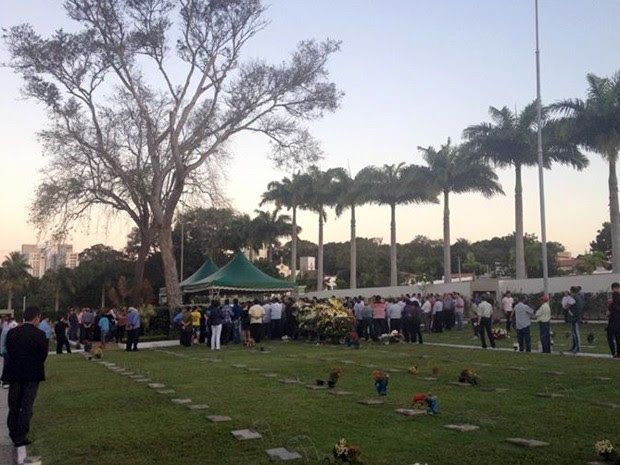 Enterro aconteceu no cemitério Morada da Paz, em Parnamirim (Foto: Marina Lino/G1)