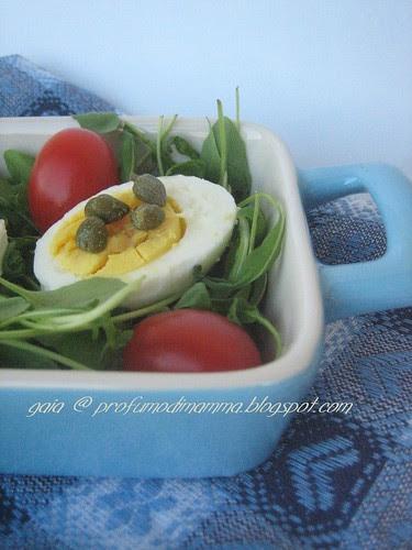 Uovo con rucola e pomodorini