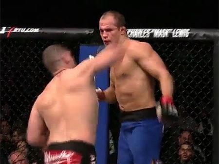 Irreconhecível, Cigano perde cinturão dos pesados para Cain Velasquez