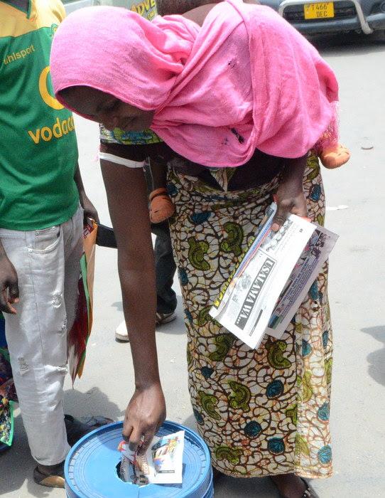 15.Mwanadada aliyehamasika na Bahati nasibu hiyo, Zainab Omay akishiriki kuweka kuponi yake.-001