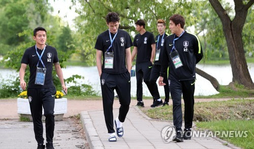 South Korea national football team players take a stroll at a park near their team hotel in Saint Petersburg, Russia, on June 12, 2018. (Yonhap)