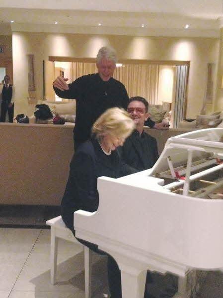 """""""2013년 12월 만델라 추도식 후, 친구 보노(U2의 리더)와 함께 만델라의 삶과 그가 남긴 값진 유산에 대해 이야기를 나눴다. 내가 피아노 건반을 몇 번 두드리자 빌이 재미있어했다."""" /김영사 제공, ⓒ Sahra Latham"""