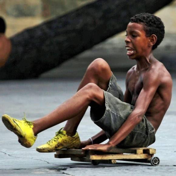 Niño en chivichana en una calle del Vedado habanero. Foto: Desmond Boylan/ Facebook