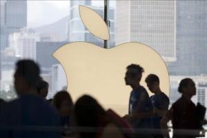 Varias personas visitan una tienda que Apple en Hong Kong (China). EFE/Archivo