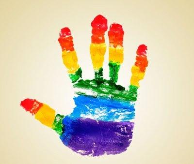 Imagem mostra uma mão com as cores da bandeira LGBT