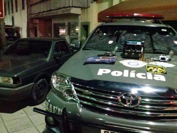 Polícia apreende armas e colete roubados em Pinda (Foto: Divulgação/Baep)