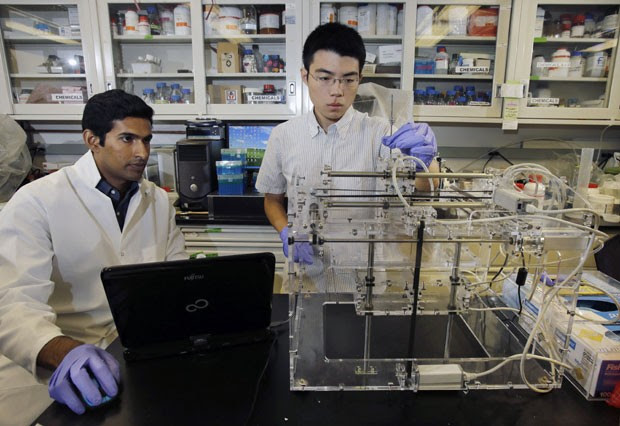 Pesquisadores manipulam impressora 3D em Princeton (Foto: Mel Evans/AP)