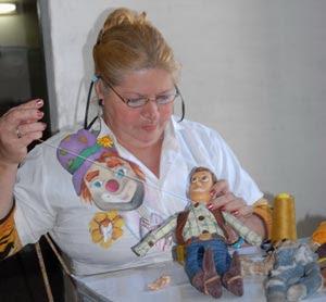 Carmen se inició desde niña en el arte de la muñequería.