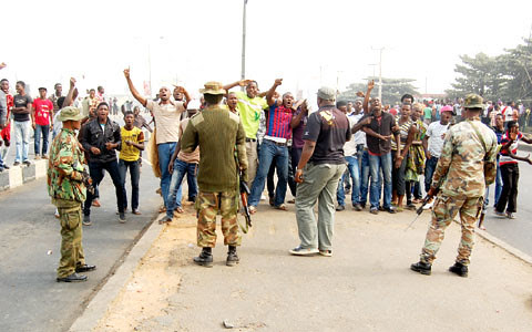Nigerian masses confront army troops on the streets. The government has ordered the military into the capital of Lagos after the announcement by the NLC and TUC of a suspension of strike action. by Pan-African News Wire File Photos