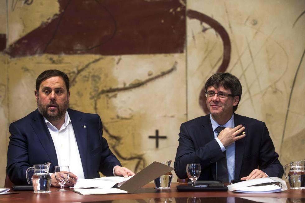 El presidente de la Generalitat, Carles Puigdemont, y su vicepresidente, Oriol Junqueras.