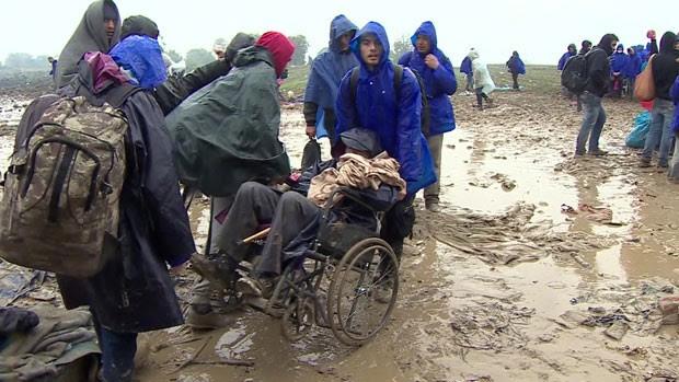 A Croácia fechou sua fronteira com a Sérvia, deixando cerca de 3 mil refugiados em meio à lama e o frio (Foto: BBC)