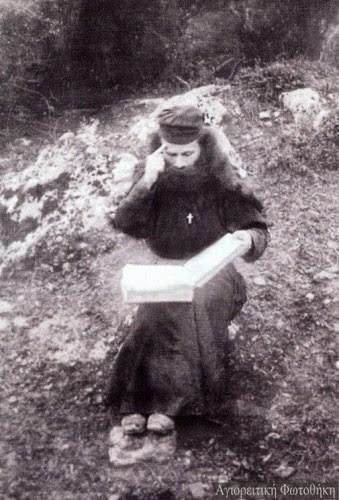 Ο Όσιος Πορφύριος ως νέος μοναχός στα Καυσοκαλύβια http://athosprosopography.blogspot.gr