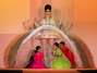 Ao levantar a saia do vestido, crianças vestidas como indianas apareceram sob a peça, tamanho era seu volume - ousadia sem limites de Jean Paul Gaultier Foto: Getty Images