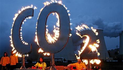 Manifestantes de Greenpeace protestando contra las emisiones de CO2. | Efe