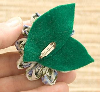 Faça um broche colando folhas de feltro no verso
