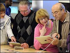 Usuarios probando un iPad en una tienda en EE.UU.