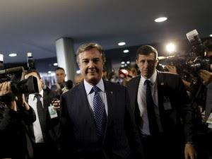 O senador Fernando Collor (PTB-AL) circula pelo Senado após ser alvo de busca e apreensão da PF (Foto: Ueslei Marcelino / Reuters)