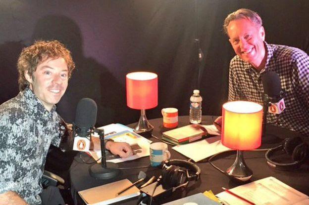 Michael Acton Smith, da Calm.com (à esquerda), grava um audiolivro com ator Richard E. Grant
