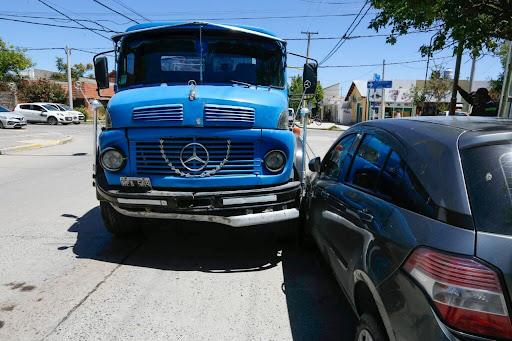 Camión cisterna habría cruzado en rojo el semáforo y chocó a tres vehículos