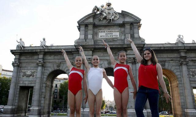 Exhibición de gimnasia en la Puerta de Alcalá.   Javier Barbancho