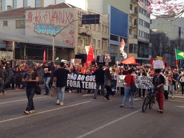 Protesto em Curitiba (Foto: Luiza Vaz/RPC)
