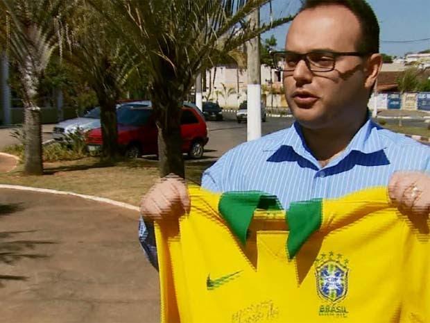 Camisa do ex-jogador Ronaldo Fenômeno foi sorteada em rifa de hospital em São Lourenço (Foto: Reprodução EPTV)