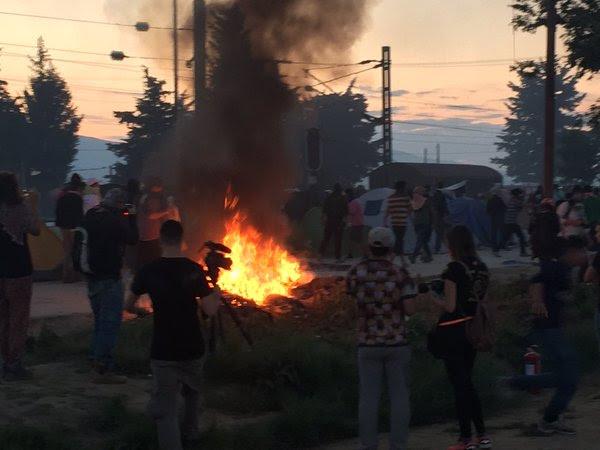Ειδομένη ώρα μηδέν: «Καζάνι» που βράζει ο καταυλισμός – Φωτιές και συγκρούσεις με την Αστυνομία λίγο πριν την γενικευμένη εξέγερση – Αποκλειστικές εικόνες (vid) - Εικόνα2