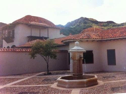 Le patio et sa fontaine.