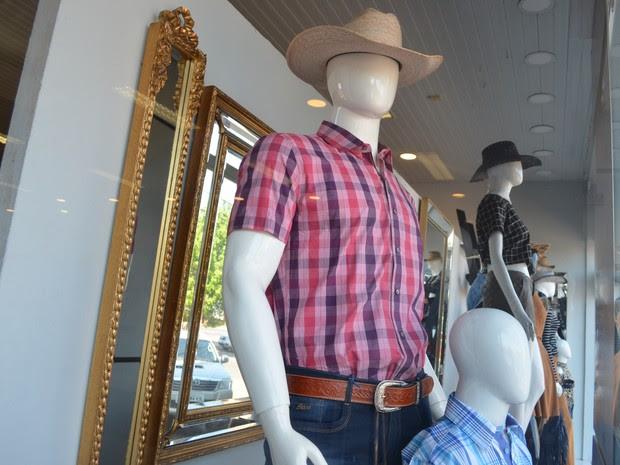 Comerciantes afirmam que Expoac contribui para as vendas de vestuário (Foto: Rogério Aderbal/G1)