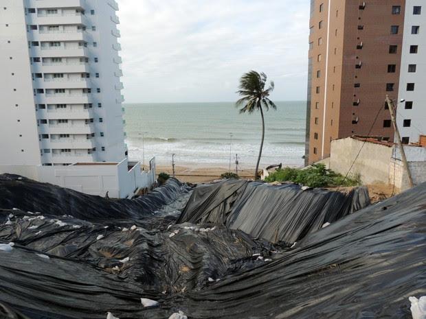 Desastre fez dezenas de casas desabarem e causou a evacuação de dois prédios em Natal (Foto: Felipe Gibson/G1)